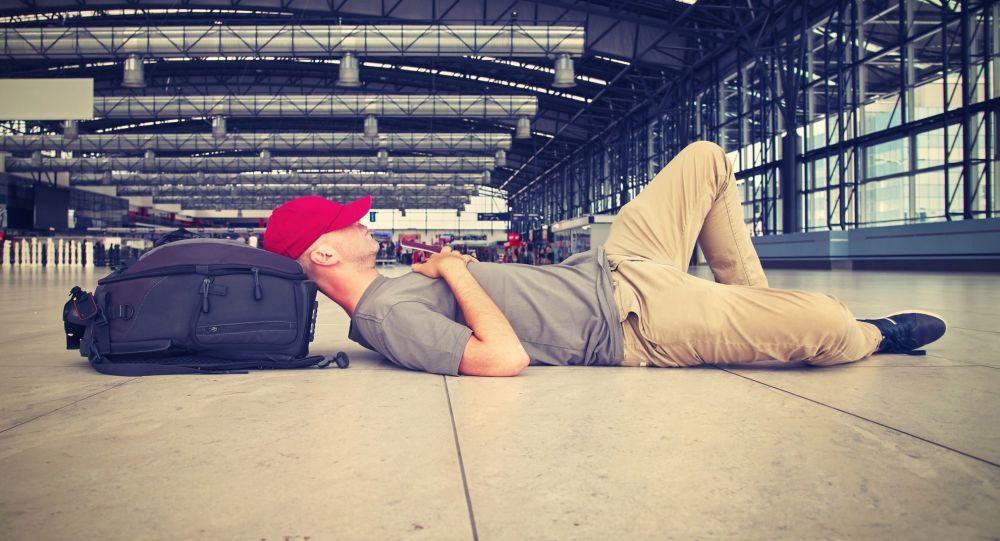 Muž leží na letišti