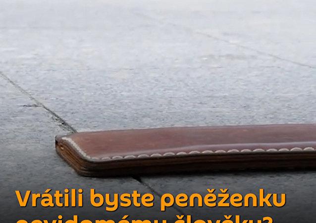 Test poctivosti: Nevidomý muž ztratil peněženku. Pomohou mu lidé?