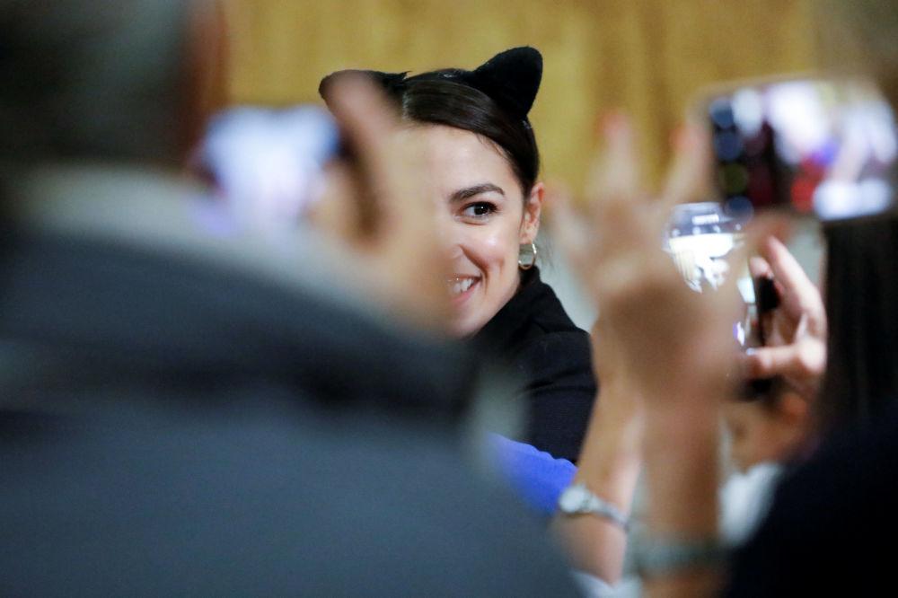 Alexandria Ocasio-Cortes, 29 let, demokratka se svými příznivci ve volební večer
