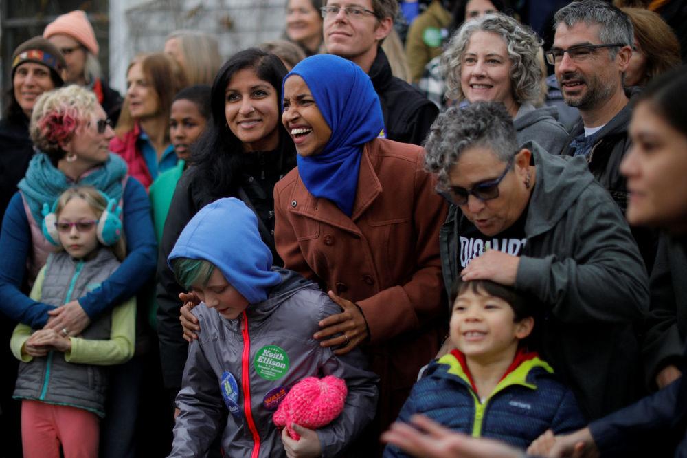 Kandidátka Demokratické strany Ilhan Omar se svými příznivci ve večer voleb v USA