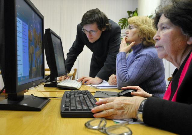 Důchodci se učí používat počítač