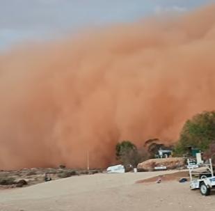 Objevilo se VIDEO obrovské prachové bouře v australském městě