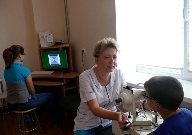 Lékař kontroluje zrak dětí