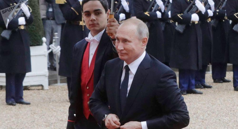 Ruský prezident Putin během příchodu do Elysejského paláce v Paříži