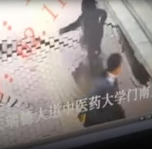 V Číně propast pohltila dívku před očima kolemjdoucích