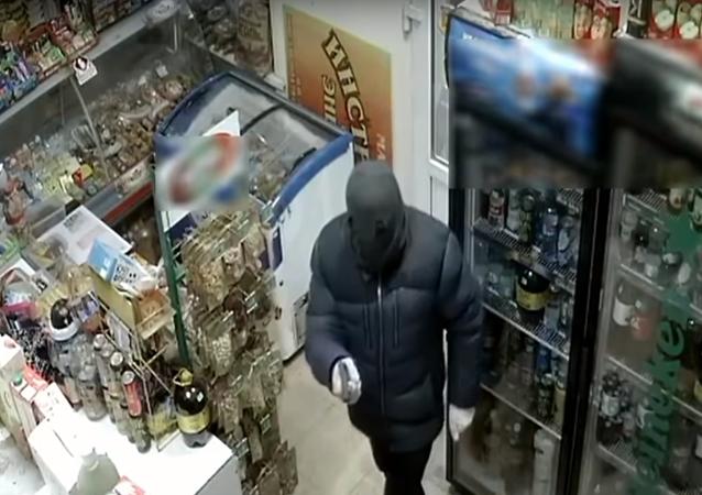 Ruská prodavačka zahnala lupiče smetákem
