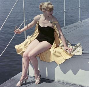 Modelka předvádí plavky, 1956