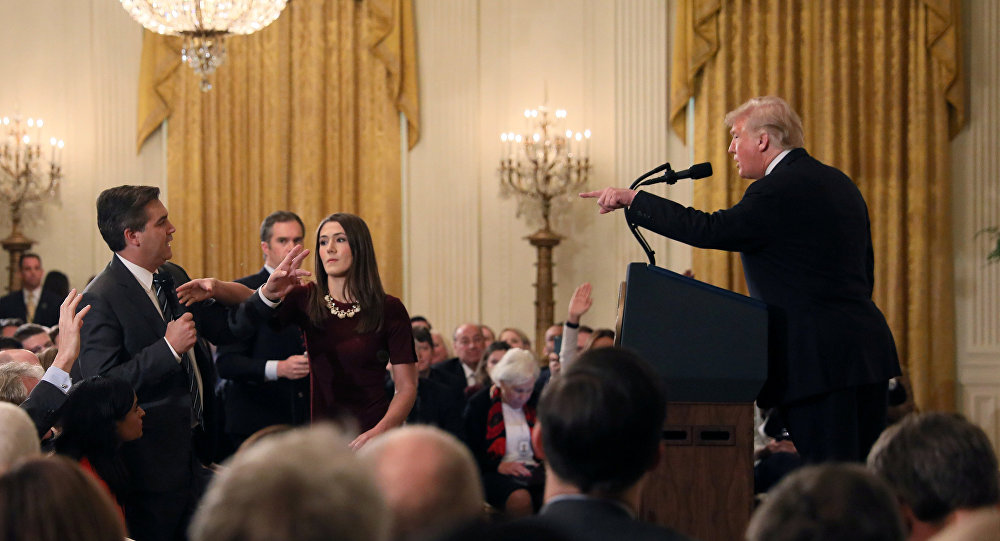 Jim Acosta a Donald Trump během brifinku