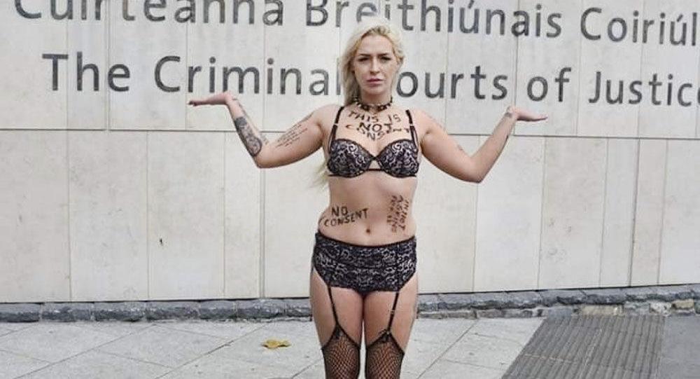 26letá Stacy Ellen Murphyová při protestu v Dublinu