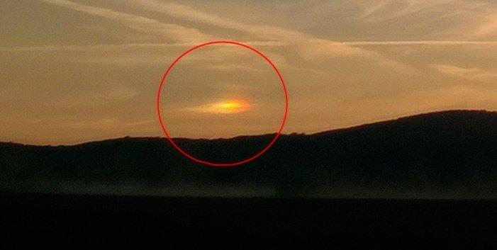 Obr. 2: Zachycení detailu parhelia. Vedlejší slunce se nalézalo nalevo od skutečného Slunce. Spatření symetricky umístěného parhelia napravo bránil zřejmě horizont krajiny. Jiné zdroje uvádějí, že paslunce může být opravdu spatřeno jen po jedné straně od Slunce.