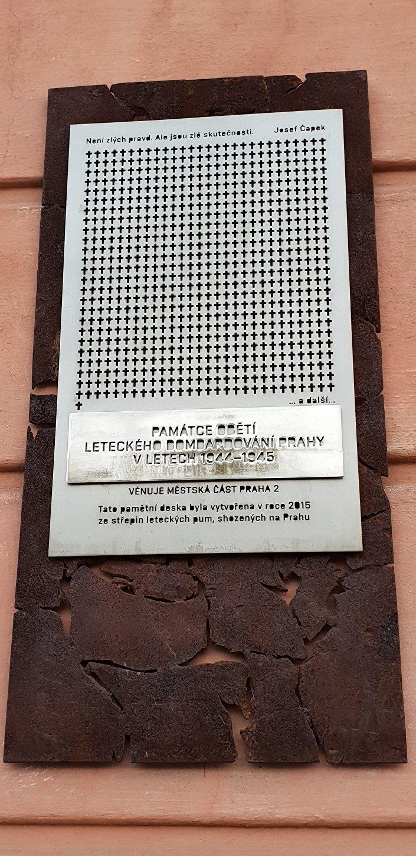 Plaketa (pamětní deska) obětem náletů na Karlově náměstí v Praze
