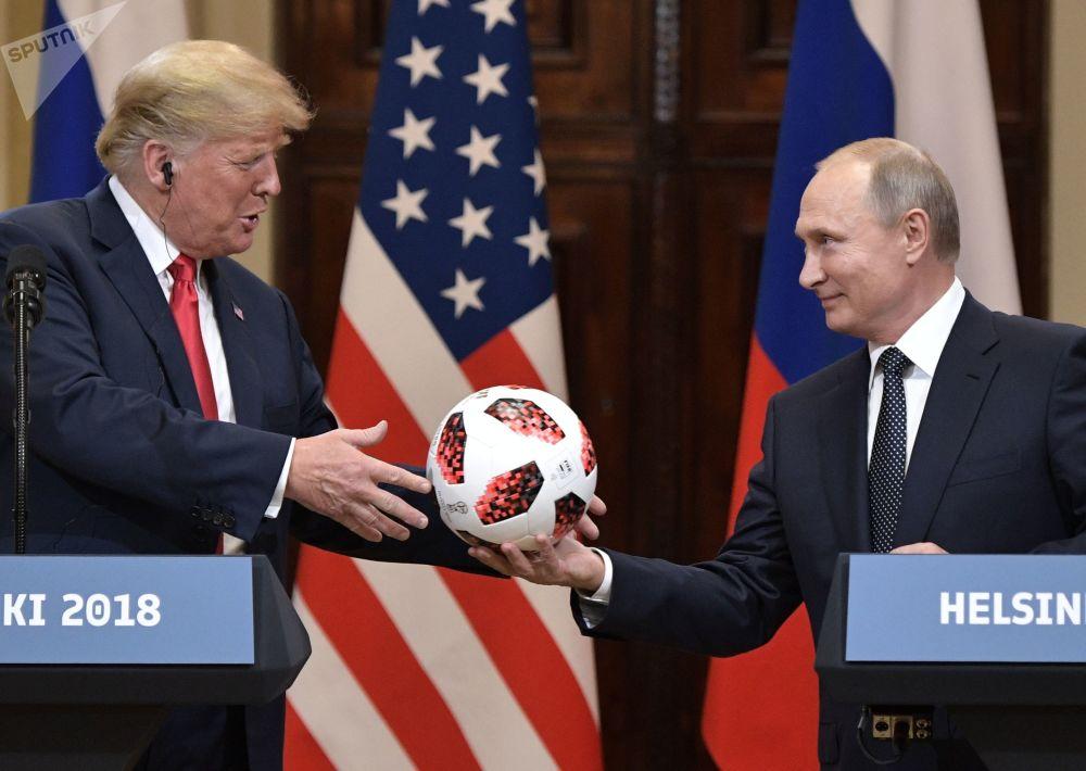 Ruský prezident Vladimir Putin a americký prezident Donald Trump na společné tiskové konferenci po setkání v Helsinkách