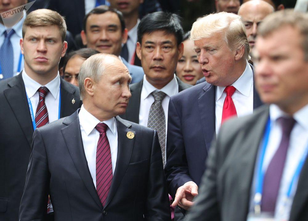 Vladimir Putin a Donald Trump na summitu APEC ve Vietnamu