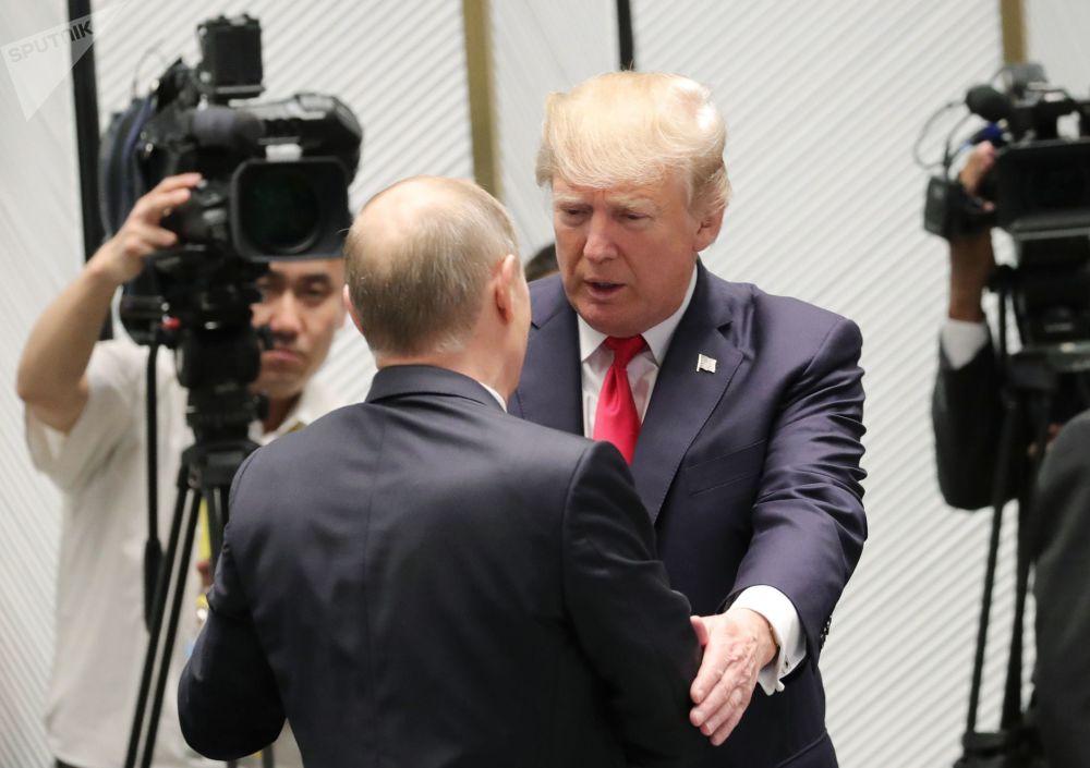 Vladimir Putin a Donald Trump před pracovním setkáním vedoucích představitelů fóra APEC