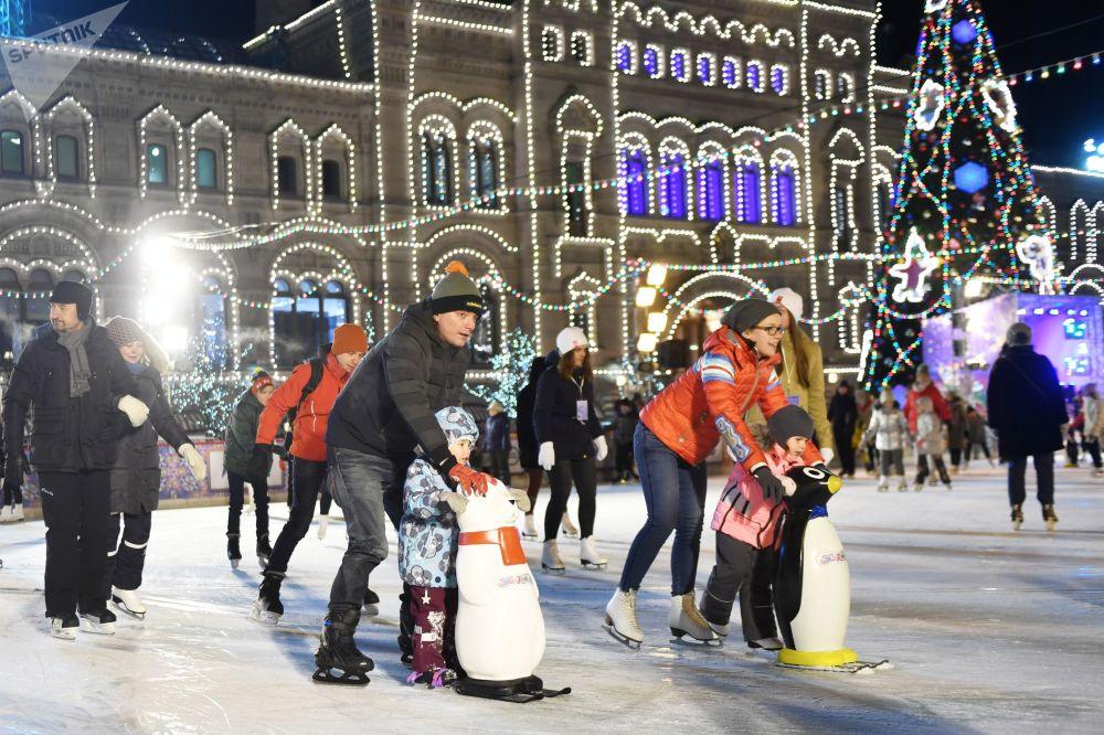 Fotografie z venkovního kluziště v Rusku na Rudém náměstí v Moskvě