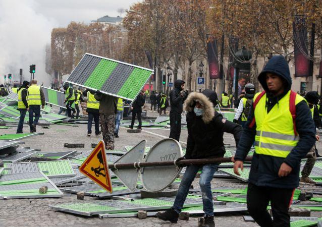 Nepokoje v Paříži. Ilustrační foto