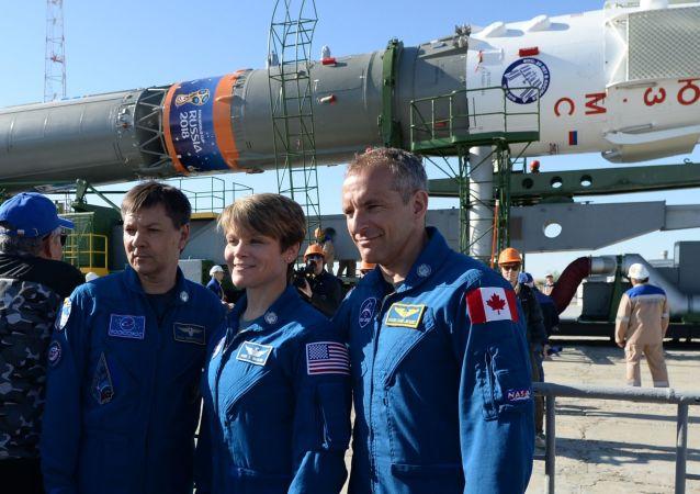 Členové záložní posádky ISS-56/57: kosmonaut z Roscosmu Oleg Kononenko (Rusko), astronautka NASA Ann McClain (USA) a astronaut CCA David Saint-Jacques (Kanada).