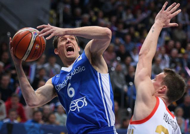 Kapitán českého týmu Pavel Pumprla v souboji s domácím Rusem Dmitrijem Kulaginem