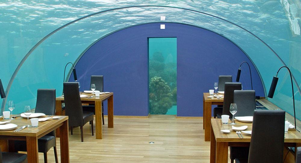 Restaurace Ithaa Underseas. Ostrov Rangali, Maledivy