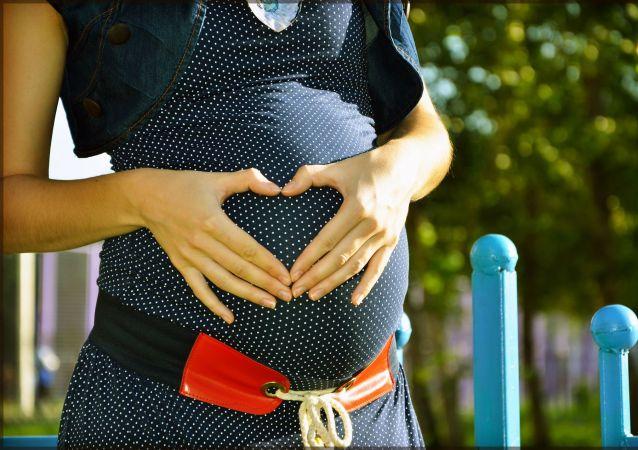 Těhotná žena