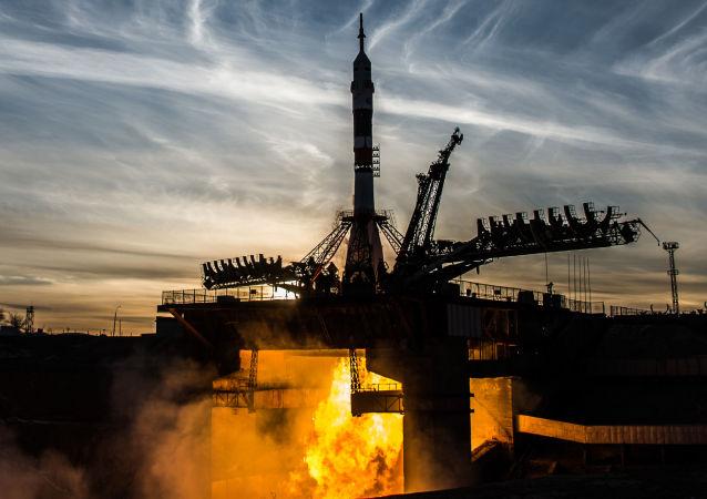 Start nosné rakety Sojuz-FG s pilotovanou lodí Sojuz MS-11 z Bajkonuru