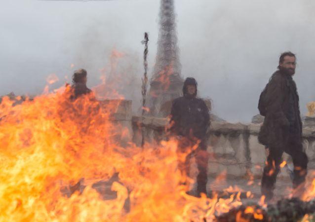 Účastníci protestních akcí v Paříži