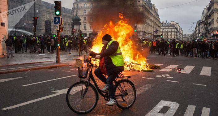 Účastníci protestů v Paříži