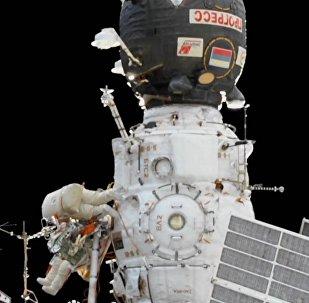 Ruští kosmonauti pracují v otevřeném prostoru