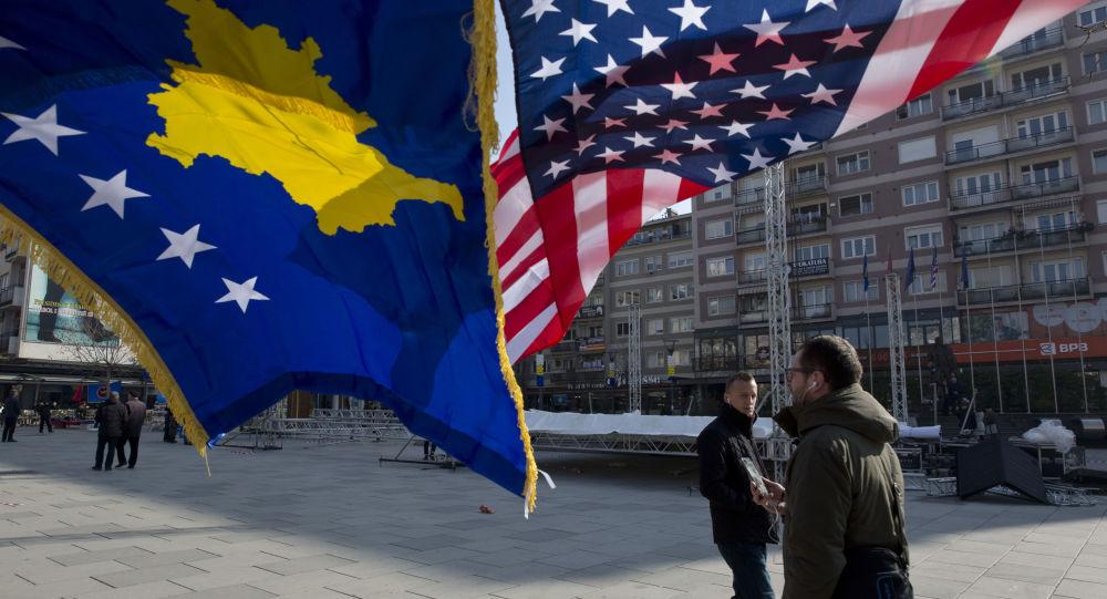 Vlajky USA a Kosova v Prištině
