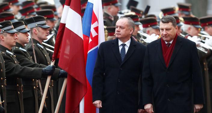 Prezident Lotyšska Raimonds Vějonis a prezident Slovenska Andrej Kiska v Rize v Lotyšsku