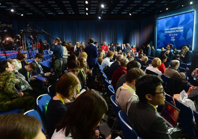 Novináři před začátkem každoroční velké tiskové konference ruského prezidenta Vladimira Putina v Centru mezinárodního obchodu v Moskvě