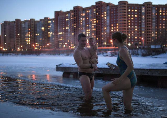 Členové otužileckého klubu a zimního plavání v Novosibirsku