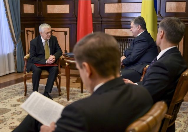 Polský velvyslanc na Ukrajině Jan Piekło během setkání s ukrajinským prezidentem Petrem Porošenkem