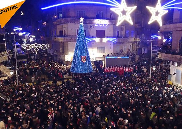 Sýrie: Tisíce lidí oslavují Vánoce, Aleppo se renovuje po osvobození