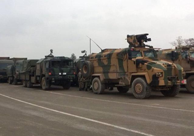 Turecko posiluje vojenské seskupení na syrské hranici (VIDEO)