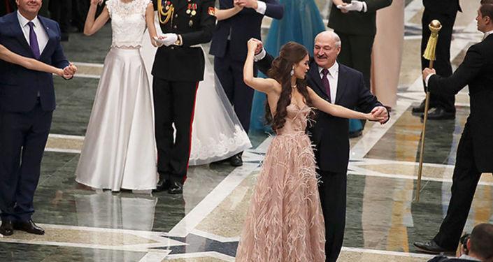 Lukašenko si zatančil s Miss Běloruska 2018