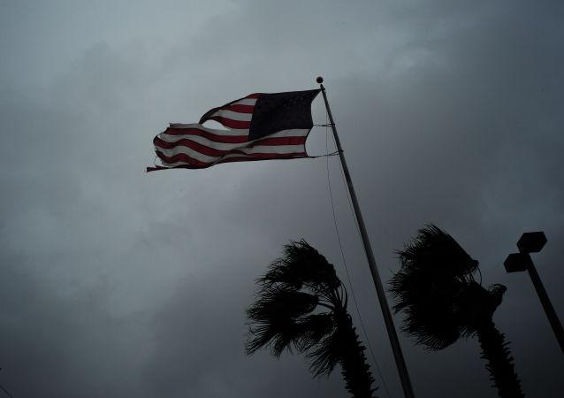 Americká vlajka během bouřky