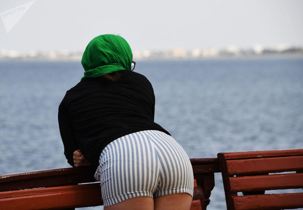 Žena na nábřeží ostrova Džerba v Tunisku