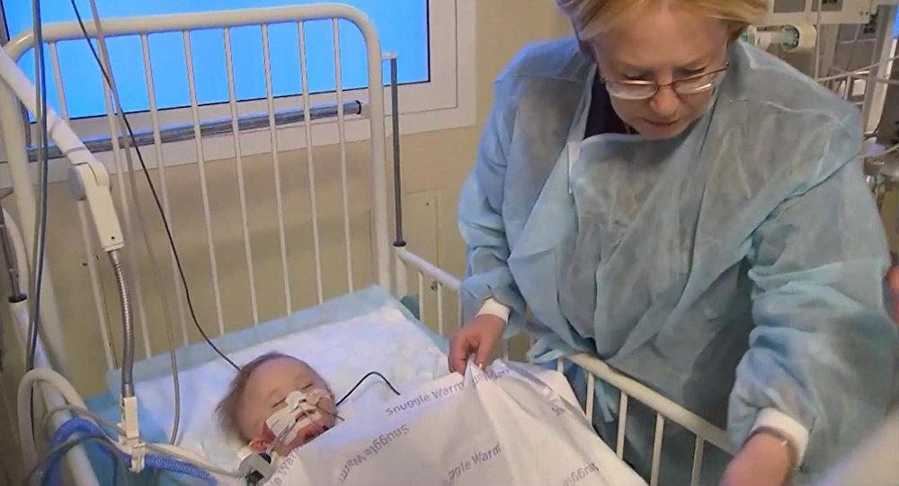 Bude žít! Maličkému děťátku, které bylo zachráněno po výbuchu, už nic nehrozí