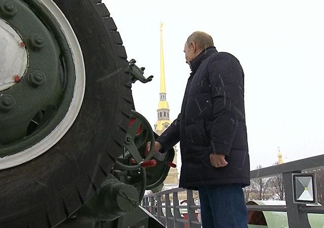 Putin vystřelil  z děla Petropavlovské pevnosti v Petrohradě
