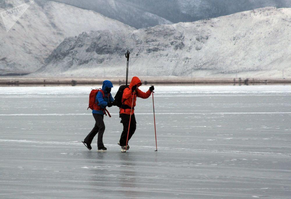 Turisté, kteří bruslí na zamrzlém jezeře Bajkal.