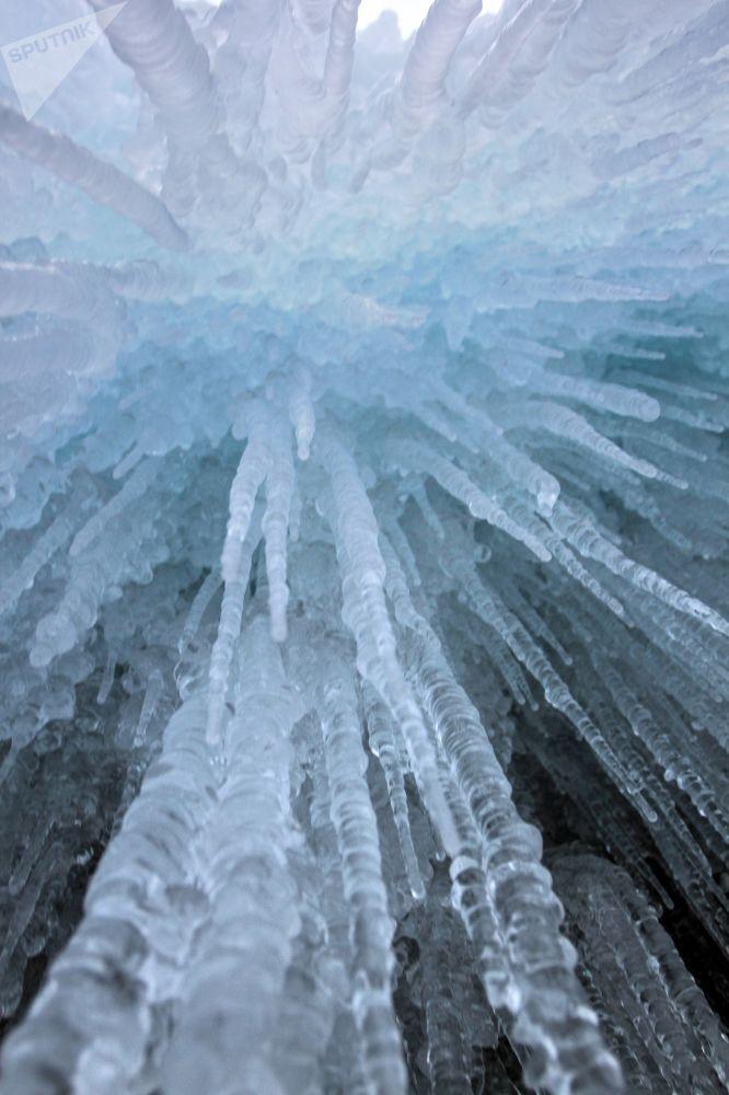 Pohádkové ledové rampouchy na pobřežních útesech Bajkalu.