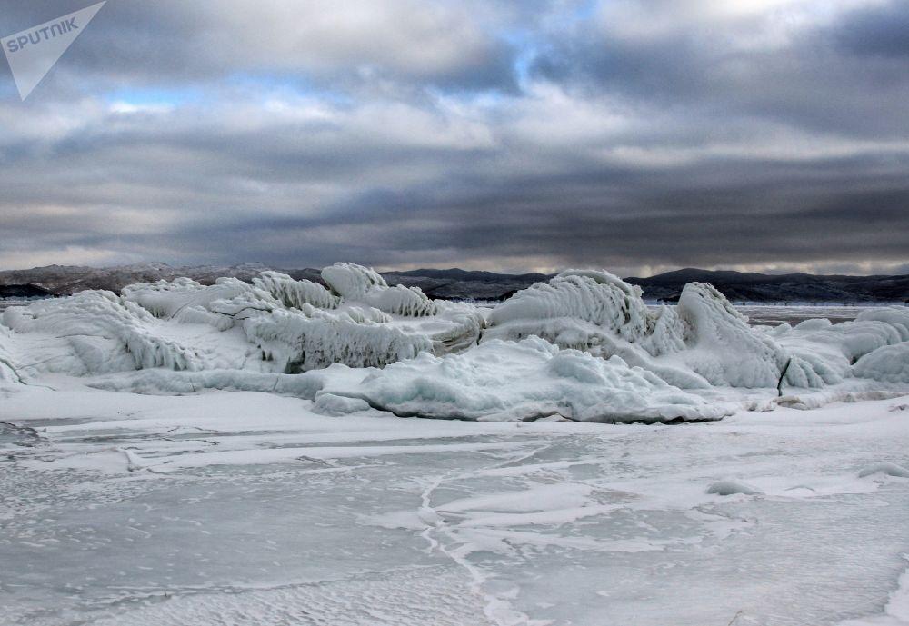 Led na pobřežních útesech zamrzlého jezera Bajkal.