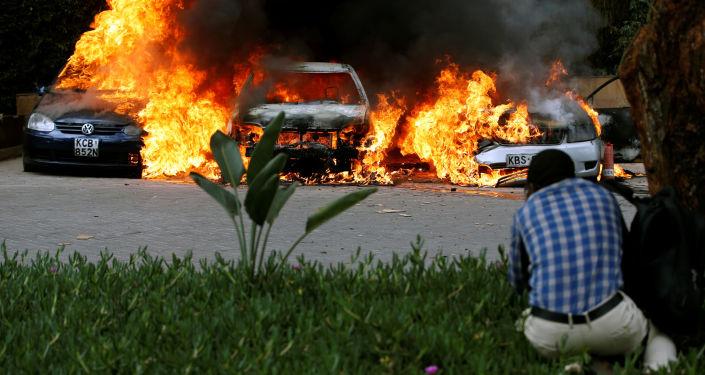V Nairobi na místě útoku hoří autobomily. Keňa