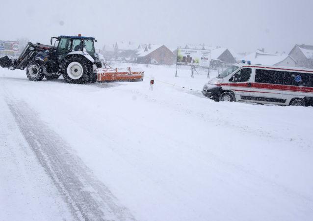 Zasněžená silnice na severu Slovenska