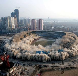 Ničivá síla demolice: Jak se bourají budovy a mosty po celém světě
