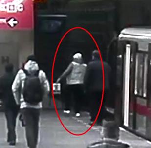 Muž spadl do kolejiště metra v Praze.