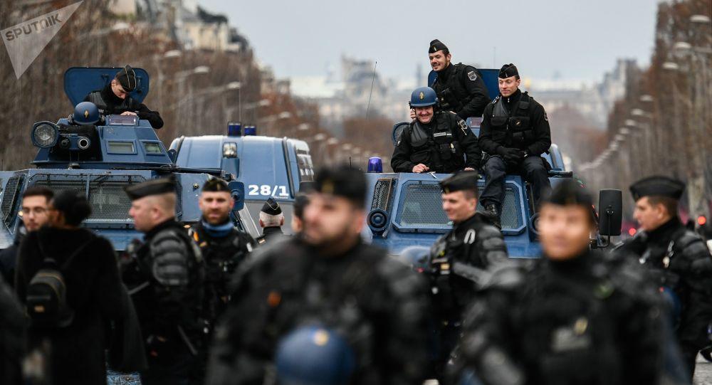 Francouzští policisté během protestů žlutých vest v Paříži.