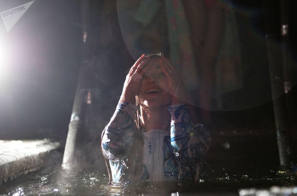 Podle pravoslavných věřících na zimě nezáleží! Tradiční koupací obřad v ledové vodě