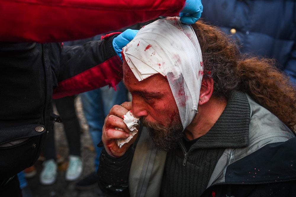 Během protestů v Athénách byl zraněn fotoreportér Sputniku Kostas Dadamis